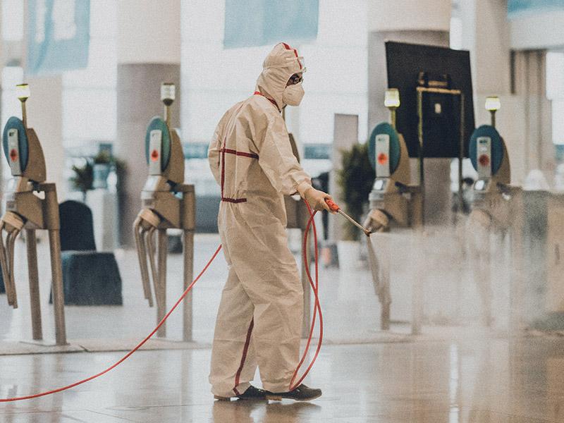Personal desinfectando oficinas de Coronavirus