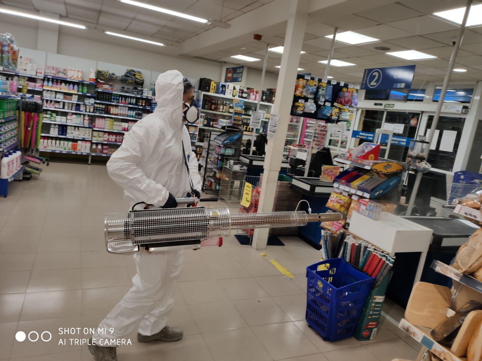 Operario desinfectando coronavirus
